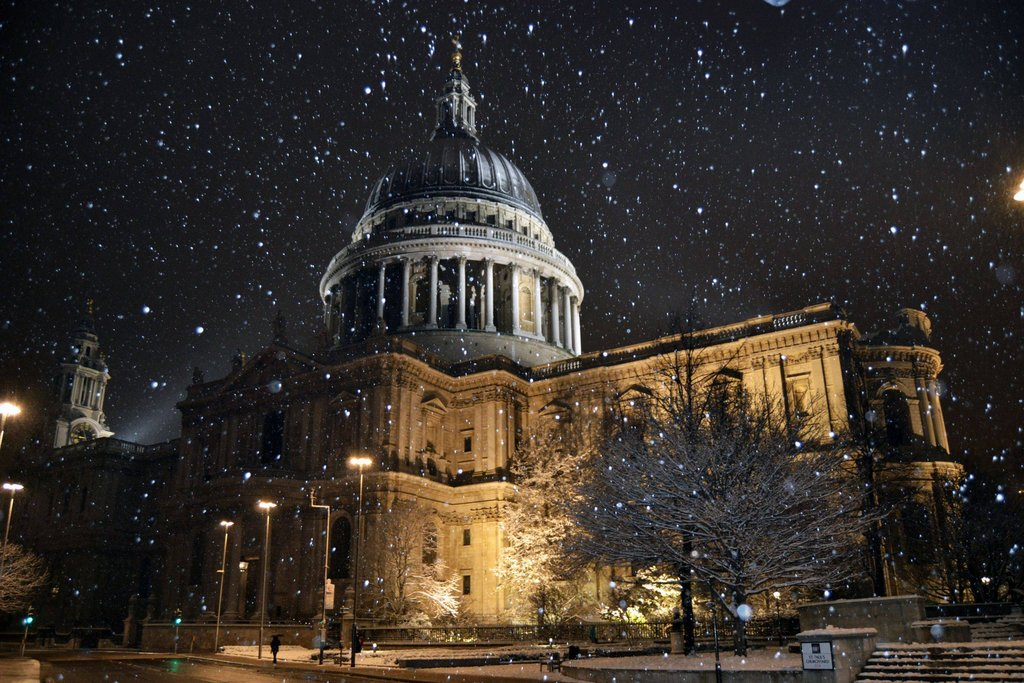 St. Paul's Cathedral while it snows